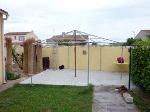 Structure de l'abri de jardin en cours de montage
