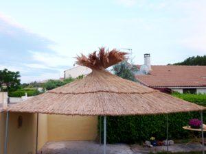 L'abri de jardin avec sa couverture en paillotte de roseaux de Camargue.