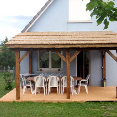 Pergola avec structure bois et couverture en paillasson de roseaux de Camargue. Réalisée avec 6 rouleaux de 2m X 5m.