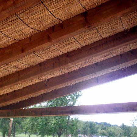 Vue de dessous de la couverture de paillasson en roseaux de Carmague.